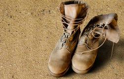 Stiefel der AMERIKANISCHEN Armee auf Sand Lizenzfreies Stockbild