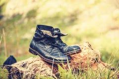 Stiefel in der Wiese Stockfotos