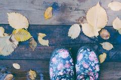 Stiefel fallen lässt Bretterboden stockfotografie