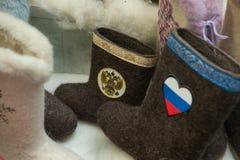 Stiefel mit russischen Staatssymbolen Stockfotos