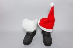 Stiefel mit Weißfilz und Weihnachtshut Lizenzfreie Stockfotografie