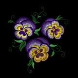 Stiefmütterchenstickerei-Blumenflecken Stichbeschaffenheitseffekt Traditionelle Blumenmodedekoration Purpurrote violette gelbe Fa Stockbild