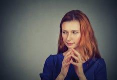 Stiekeme, sluwe, plannende jonge vrouw die iets in kaart brengen Royalty-vrije Stock Afbeeldingen