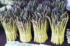Stiele von Aspargus-Stand in einem Bündel am Landwirt-Markt lizenzfreie stockfotografie