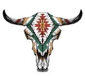 Stier/auroch Schädel mit Hörnern auf weißem Hintergrund mit traditioneller Verzierung auf Kopf Lizenzfreie Stockfotografie