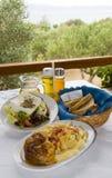 Stifada clásico de la ternera de la comida griega con Br crujiente de la ensalada griega de las pastas Imagen de archivo libre de regalías