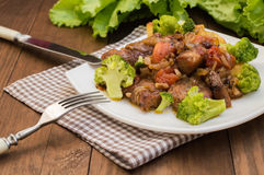 Stifado - παραδοσιακά κυπριακά πιάτα, που διαδίδονται στην Ελλάδα Αποτελείται από stew με τις ντομάτες, πατάτες, μπρόκολο, κρεμμύ στοκ φωτογραφία