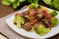 Stifado - παραδοσιακά κυπριακά πιάτα, που διαδίδονται στην Ελλάδα Αποτελείται από stew με τις ντομάτες, πατάτες, μπρόκολο, κρεμμύ στοκ εικόνα
