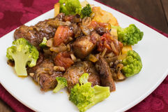 Stifado - παραδοσιακά κυπριακά πιάτα, που διαδίδονται στην Ελλάδα Αποτελείται από stew με τις ντομάτες, πατάτες, μπρόκολο, κρεμμύ στοκ εικόνα με δικαίωμα ελεύθερης χρήσης