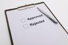 Stift über Dokument, ausgewähltes anerkanntes oder zurückgewiesen stockfotografie