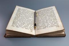 Stift auf altem Buch lizenzfreie stockfotografie