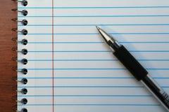 Stift auf Anmerkungsbuch Stockfotografie