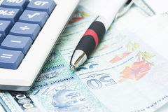 Stift auf Banknoten Stockfoto
