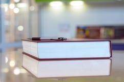 Stift auf dem großen Buch. stockbild