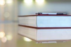 Stift auf dem großen Buch. Lizenzfreies Stockfoto