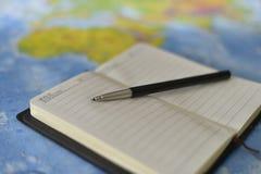 Stift auf dem Notizbuch stockbilder