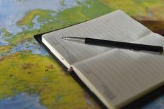 Stift auf dem Notizbuch lizenzfreies stockfoto