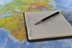 Stift auf dem Notizbuch stockbild