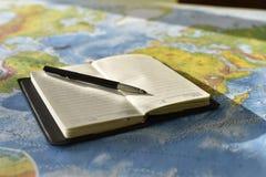 Stift auf dem Notizbuch stockfotografie