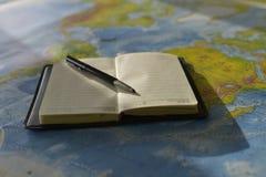 Stift auf dem Notizbuch lizenzfreies stockbild