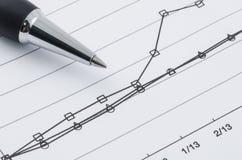Stift auf dem Vergleichungsdiagramm lizenzfreie stockfotografie