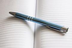 Stift auf gezeichnetem Papier Lizenzfreie Stockfotos
