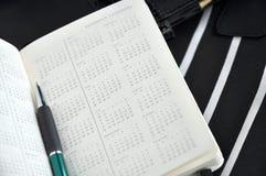 Stift auf jährlichem Kalender Stockbilder