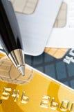 Stift auf Kreditkarten Stockbild