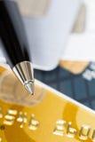 Stift auf Kreditkartenstapel Stockbilder