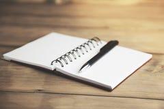 Stift auf Notizbuch Lizenzfreies Stockbild