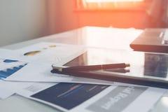 Stift auf Tablette mit Geschäftsdiagrammen und Diagramme berichten, Lizenzfreie Stockfotografie