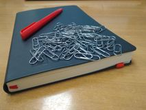 Stift, Büroklammern, Tagebuch lizenzfreie stockbilder