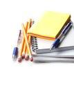 Stift, Bleistifte, Anmerkungen, mehrfarbige Aufkleber lokalisiert auf Weiß Lizenzfreie Stockfotografie