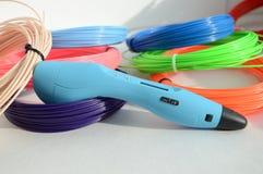 Stift 3d und farbiger Plastik stockfotografie