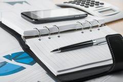 Stift, der auf dem Tagebuch liegt Lizenzfreies Stockfoto