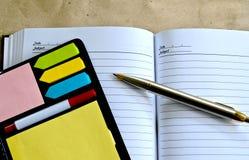 Stift, der auf einem Notizbuch liegt Stockbild