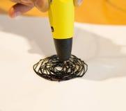 Stift des Mannes 3d zeichnet einen Kreis auf Weißbuch Stockbild