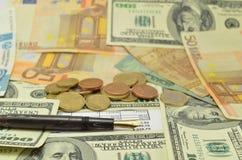 Stift, Geld und Dokumente Stockfotos
