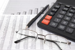 Stift, Gläser und Taschenrechner Lizenzfreies Stockfoto