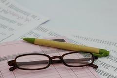 Stift, Glas, Rechnung und Wechselbuch Die goldene Taste oder Erreichen für den Himmel zum Eigenheimbesitze Lizenzfreies Stockfoto
