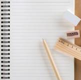 Stift, hölzerner Machthaber, Bleistiftspitzer und weißer Radiergummi stellten auf diar ein Lizenzfreie Stockfotos