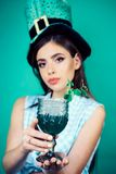 Stift herauf Frau mit modischem Make-up Pinupmädchen Tag St. Patricks mit dem Modehaar Retro- Frauengetränk-Sommercocktail stockfoto