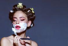 Stift herauf Frau mit modischem Make-up Retro- Frau, die mit Schaum und Rasierklinge sich rasiert Pinupmädchen mit dem Modehaar r stockbilder