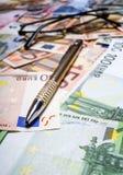 Stift mit Eurobanknoten Stockfotos
