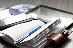 Stift, Notizbuch, Handy, Tablette und Disketten Lizenzfreie Stockfotos