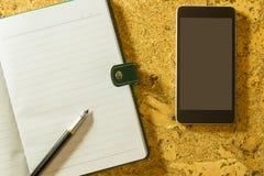 Stift, Papier und Tablette Ein strukturierter Hintergrund Kopieren Sie Pastenplatz stockbilder