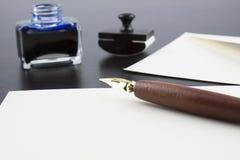 Stift, Stempel, Umschlag, Tintentopf und Wachs Lizenzfreies Stockfoto