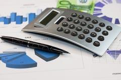 Stift, Taschenrechner und Euros sind auf den Diagrammen Lizenzfreie Stockbilder