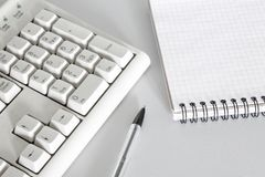 Stift-, Tastatur- und Notizbuchnahaufnahme lizenzfreies stockfoto