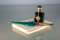 Stift-, Tinten- und Notizbuchnahaufnahme Stockfotografie